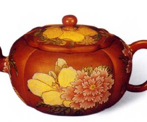 清康熙宜兴紫砂胎珐琅彩四季花卉菱花式茶壶
