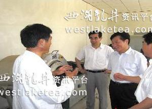 山东:日照市副市长刘西良调研巨峰镇茶叶生产机械化工作