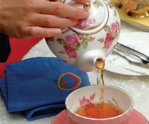 做华丽的英式下午茶的女主人(图)
