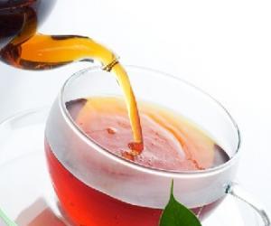 秋日女人喝柠檬绿茶美容又养颜
