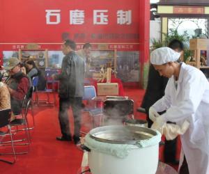 """古法""""石磨压茶""""亮相第二届青岛茶博会"""